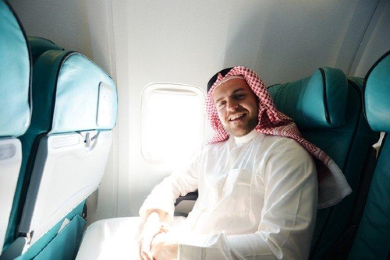 Un viajero de Oriente Medio a bordo de un avión. #shu#