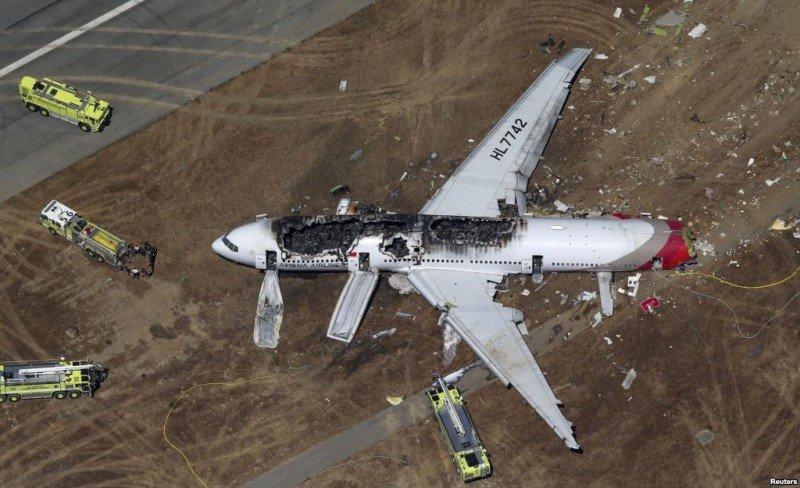 Llegada de unidades de equipos de emergencia al avión B777 siniestrado (Foto Reuters).