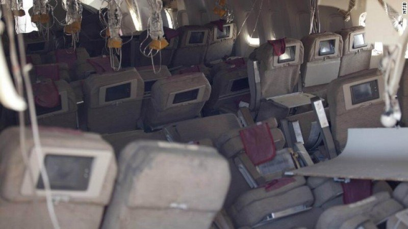 Interior del avión tras el accidente (Foto: CNN).