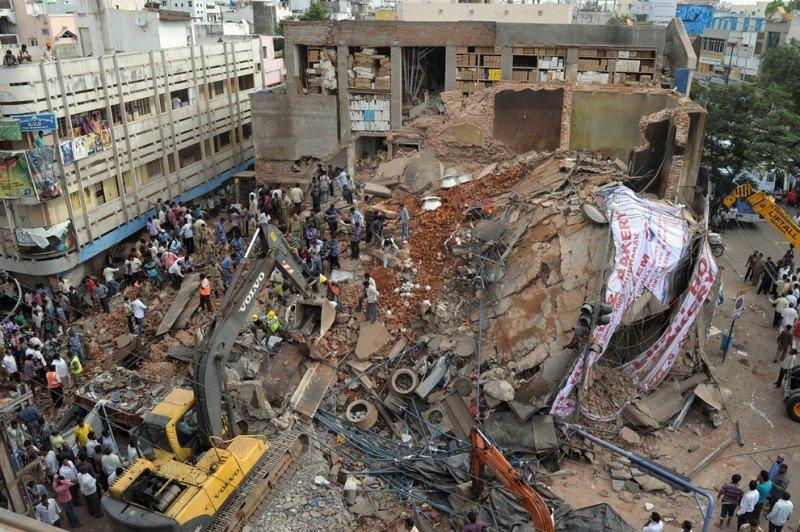Imagen del hotel colapsado en India a las 3.15 de la mañana, hora española. Foto: AFP.