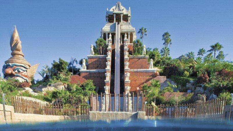 La Tower of Power, la atracción más comentada del Siam Park, en Tenerife. Se asciede y luego el visitante se lanza en caída libre por un tobogán de 28 metros de altura, saliendo a un misterioso acuario por un tubo transparente.