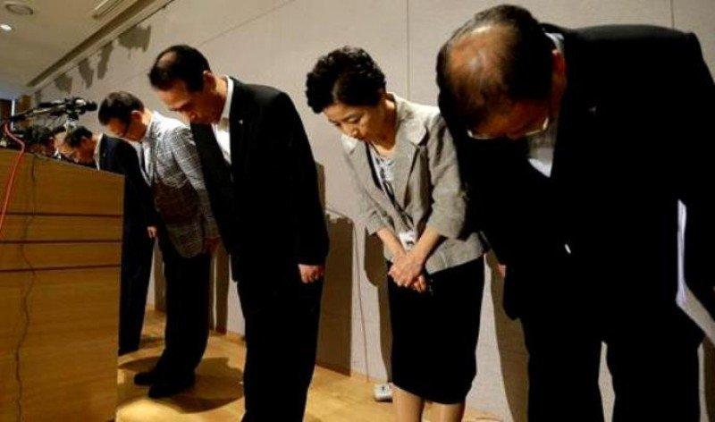 El CEO y presidente de Asiana Airlines (Tercero comenzando por la Izq.) y el tren ejecutivo de la compañía hacen un gesto de respeto después de pedir públicamente perdón por el accidente.