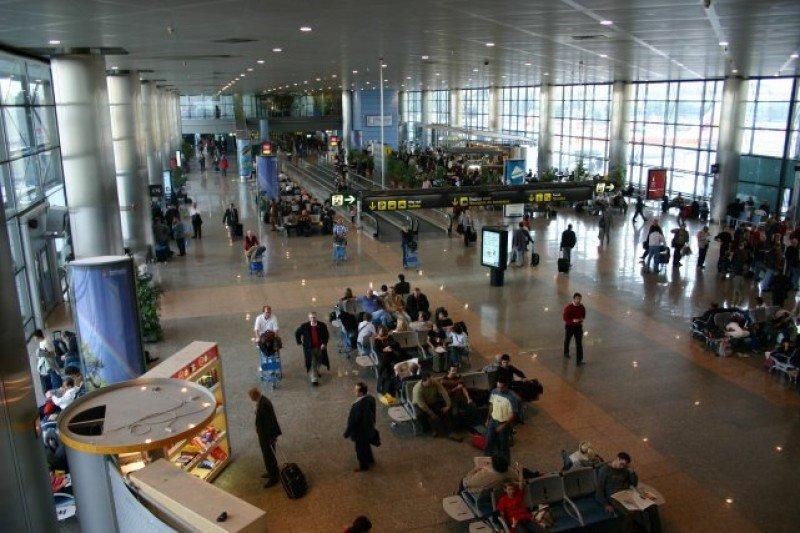 La demanda de vuelos cae un 15% en el mercado doméstico y de AVE sube un 13,8%