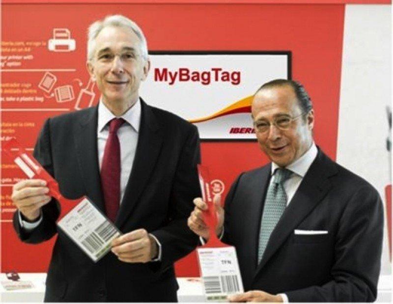 El director de IATA, Tony Tyler (a la Izq.) enla T4, acompañado del presidente de Iberia, Antonio Vázquez (a la Da.).