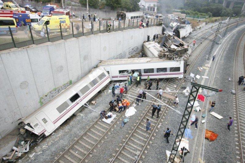Toma general de cómo quedó el tren Alvia tras su descarrilamiento. Foto Óscar Corral