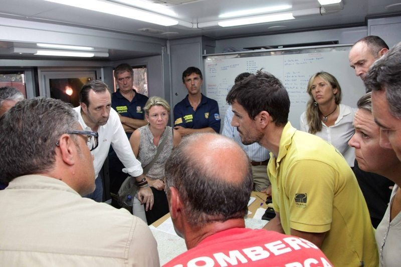 El presidente de Baleares, José Ramon Bauzá, escuchando el último informe del dispositivo de emergencias.