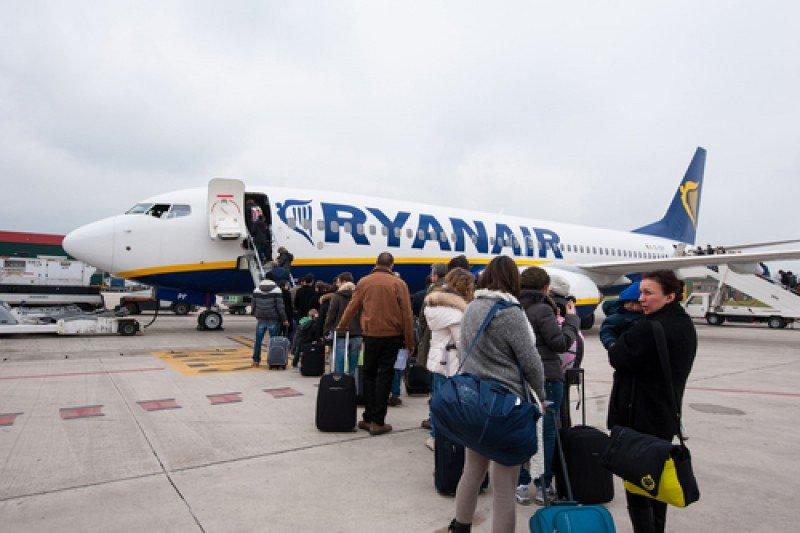 Un avión de Ryanair en el aeropuerto de Bolonia, Italia, el pasado 9 de abril. #shu#