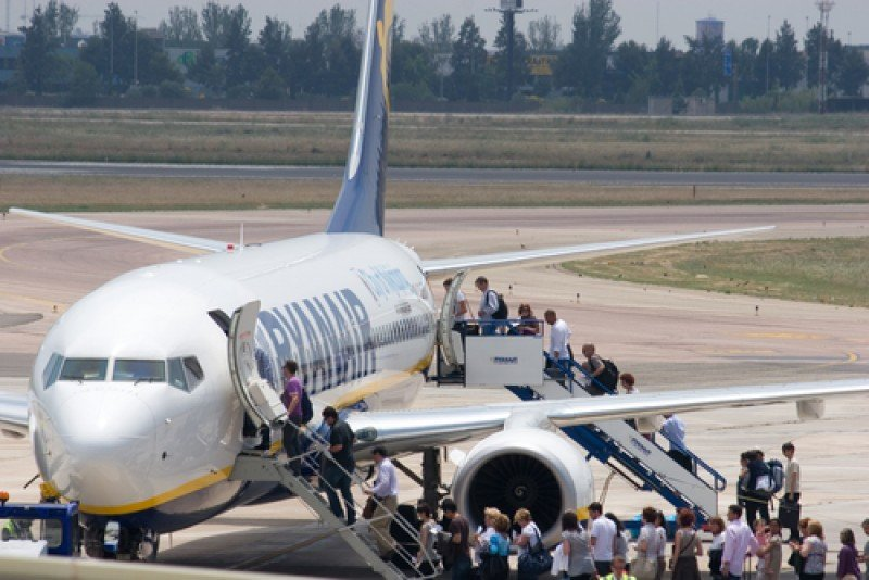 Pasajeros embarcando en un avión de Ryanair. #shu#