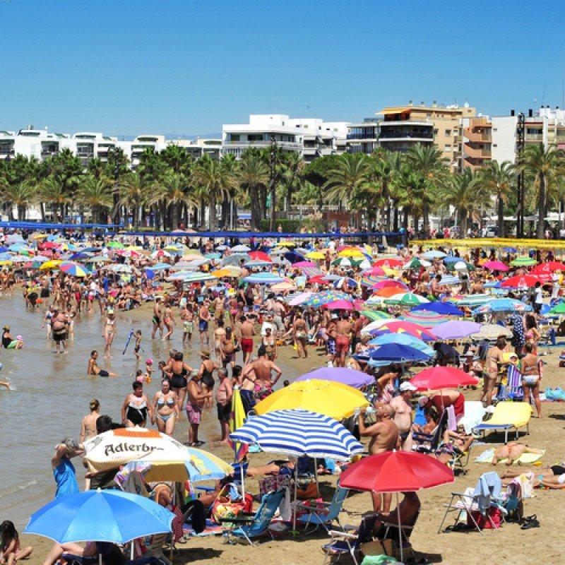 Turistas en las playas de Costa Dorada, provincia de Tarragona.