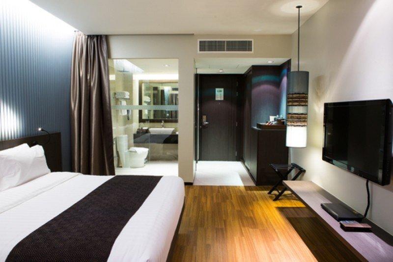 Una habitación de hotel con las luces encendidas. #shu#