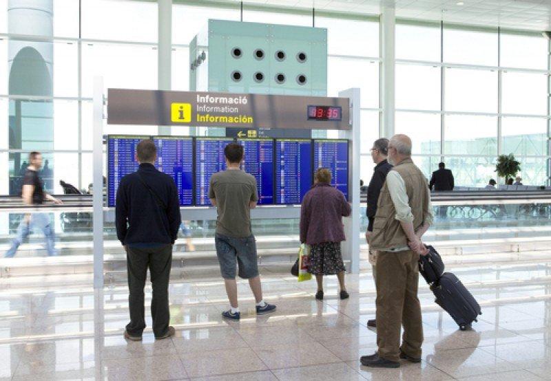 Pasajeros en la T1 del aeropuerto de Barcelona. #shu#