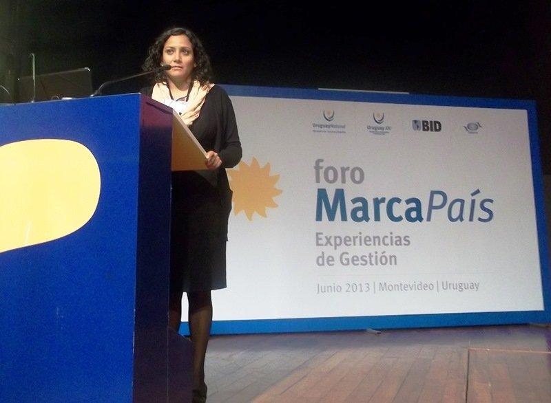 Carmen Julia García Torres durante su exposición en el Foro Internacional Marca País de Uruguay