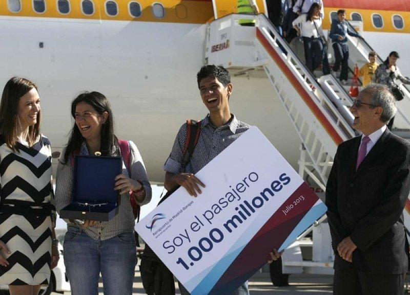 El colombiano Alonso Fernández fue recibido al pie de la escalerilla del avión (Foto: Madridiario)