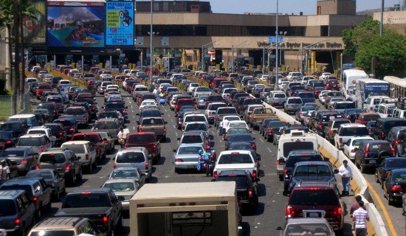Más de 150.000 estadounidenses cruzan a México por vía terrestre cada día