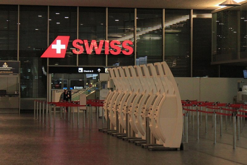 Zona de check in de Swiss en el aeropuerto de Ginebra
