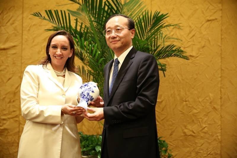 Claudia Ruiz Massieu comenzó gira de cinco días por China