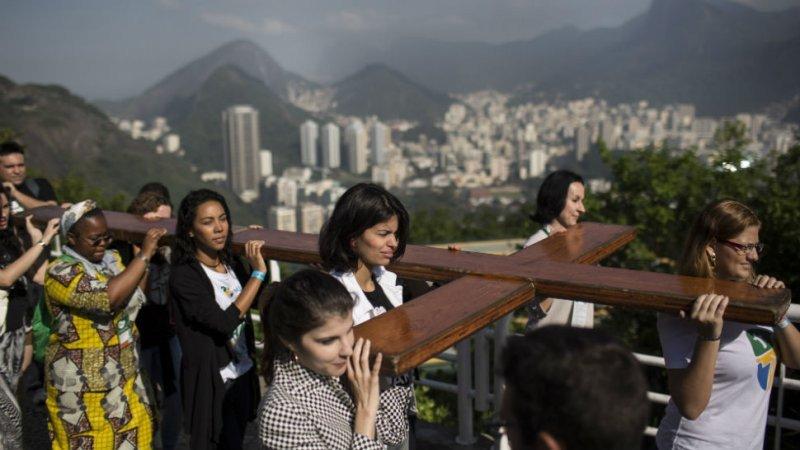 La cruz peregrina enviada por Francisco visitó la favela Rocinha y otras zonas de la ciudad de Rio