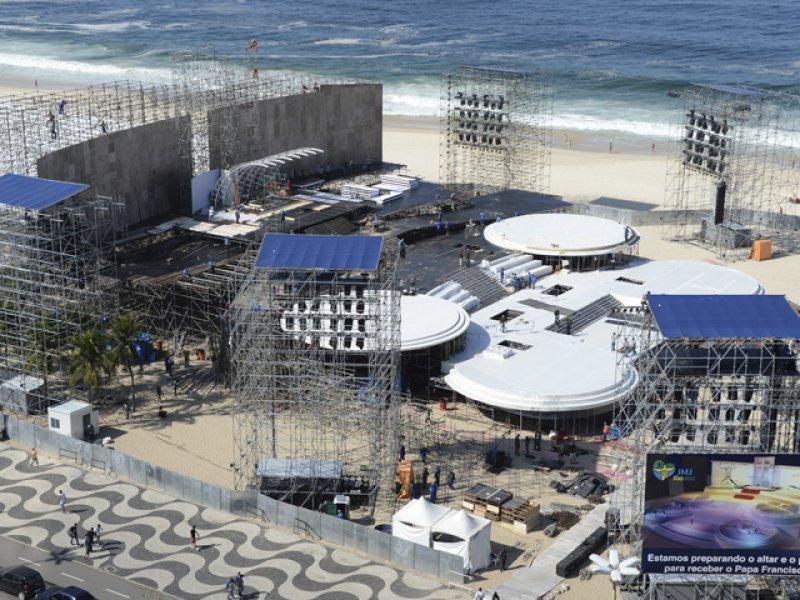 Infraestructura para la multitudinaria misa en Copacabana en plena ejecución