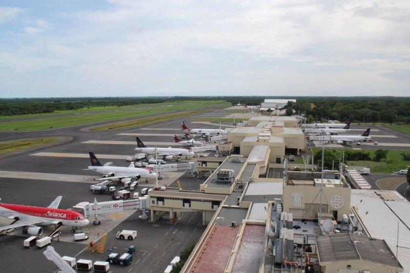Aviones de Avianca y de Taca en el aeropuerto de San Salvador. (Foto: diario Nación)