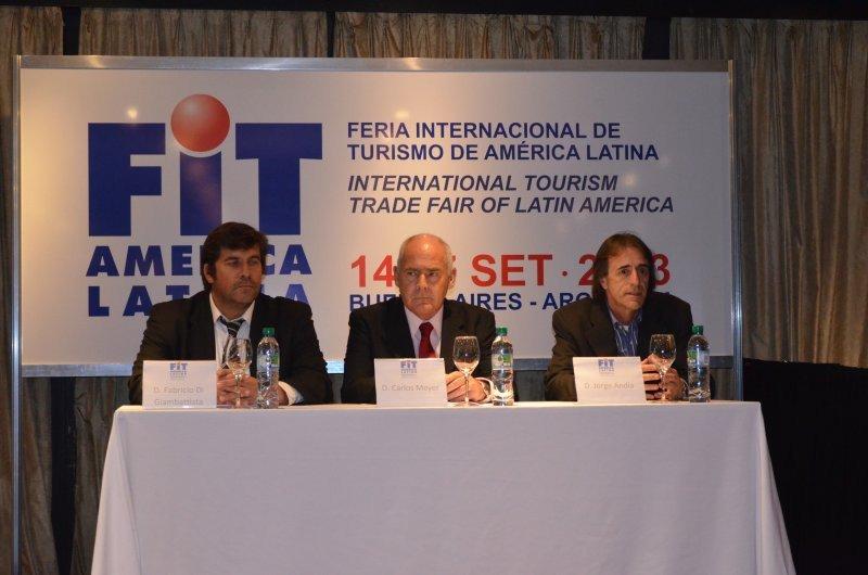 Izq a der: Fabricio Di Giambattista, presidente de AAAVYT; Enrique Meyer, ministro de turismo nacional; Jorge Andia, presidente de AVIABUE.
