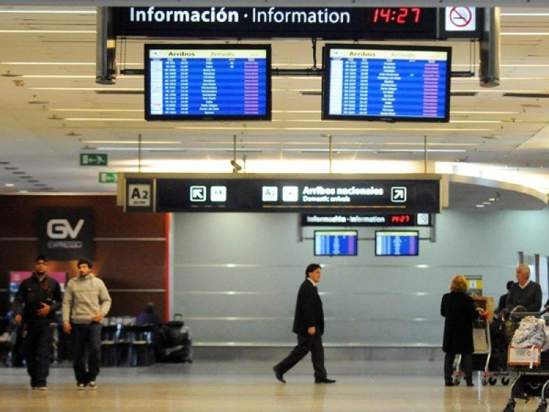 Transporte aéreo de pasajeros baja 2,4% en Argentina
