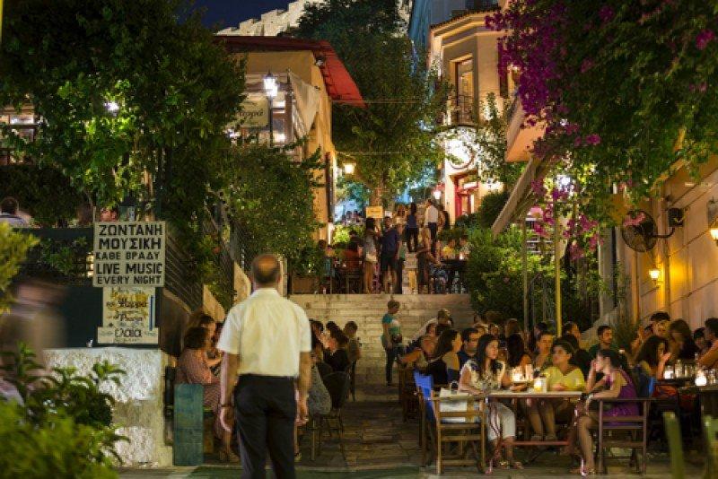 Calle con restaurantes en Atenas. #shu#