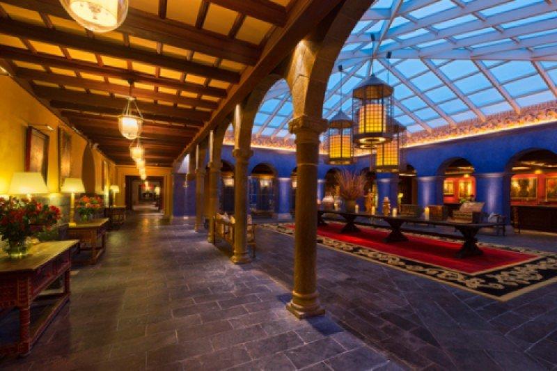 El hotel cuenta con 203 habitaciones de lujo y cinco salones de eventos.