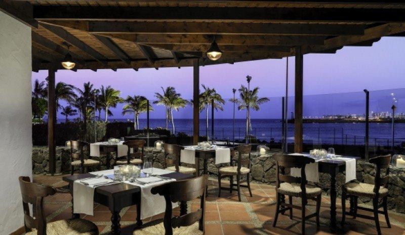 El hotel posee varios restaurantes que han sido redecorados.