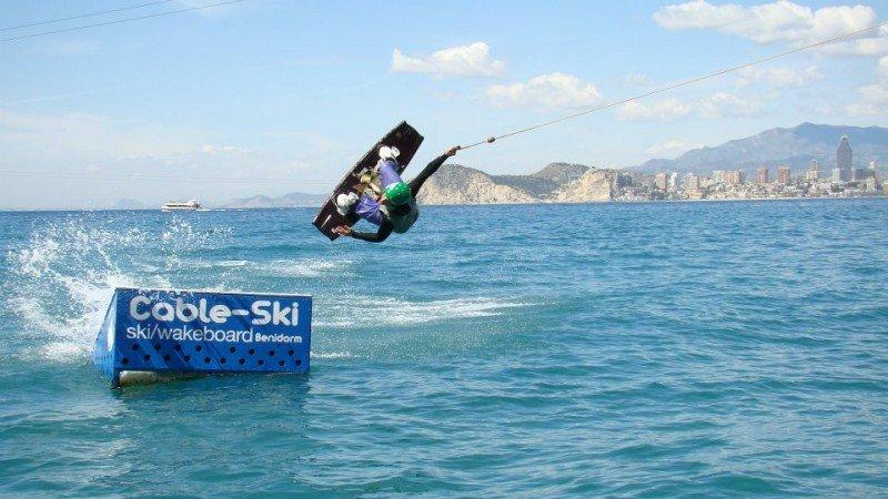 Imagen de un cable ski en Benidorm.