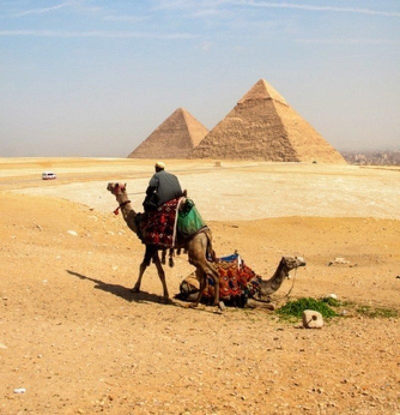 Un camellero espera la llegada de turistas ante las Pirámides. #shu#