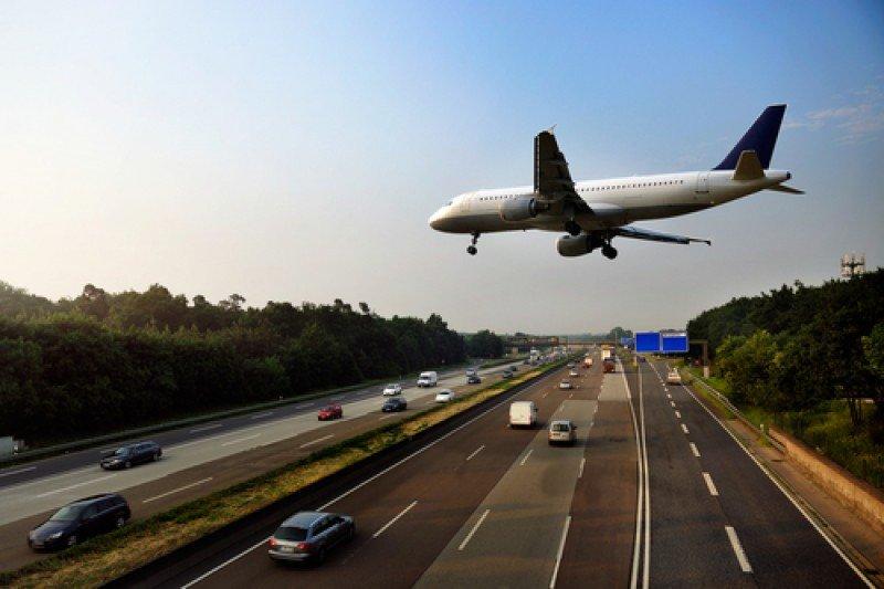 Un avión de pasajeros a punto de aterrizar. #shu#