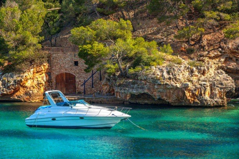 Un yate en cala Figuera, Mallorca. #shu#