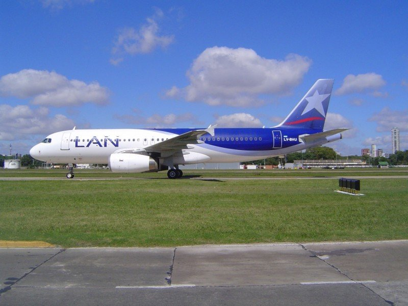 LAN puede seguir operando en el Aeroparque aunque devuelva el hangar