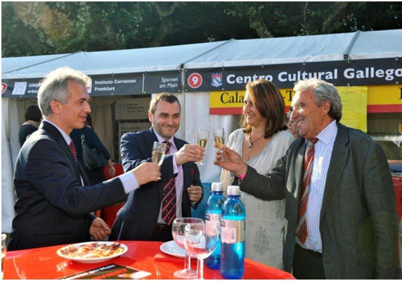 De izquierda a derecha: Peter Feldmann, alcalde de Fráncfort;  Juan José Sanz Aparicio, Cónsul General de España en Fráncfort;  Ana Cristina Gozalo, directora de la OET de Fráncfort y el concejal Eugenio Muñoz del Río.