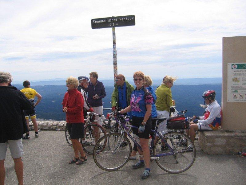 Turistas siguiendo la estela del Tour.