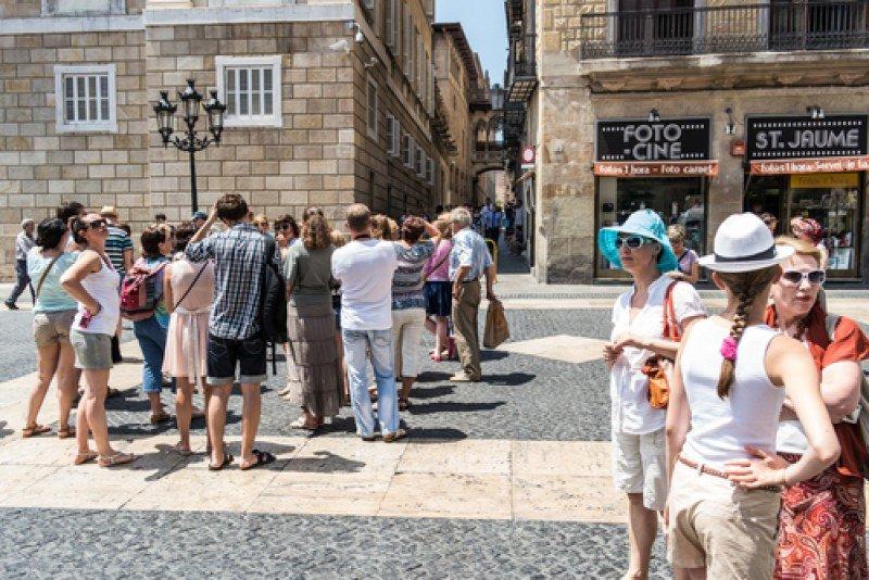 Turistas en Barcelona. Durante los meses de verano, España ha recibido un 2,5% más de viajeros internacionales. #shu#