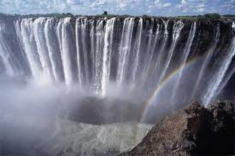 La cataratas Victoria constituyen uno de los grandes atractivos del país.