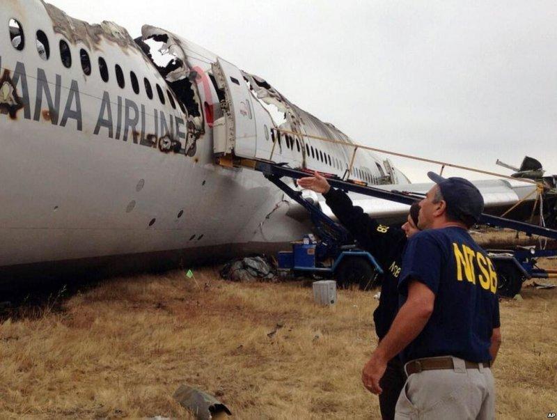 Investigadores examinan el avión siniestrado