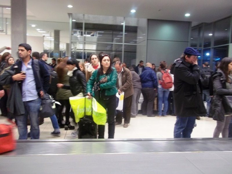 Pasajeros del Eladia Isabel esperan para recoger el equipaje en la terminal de Colonia