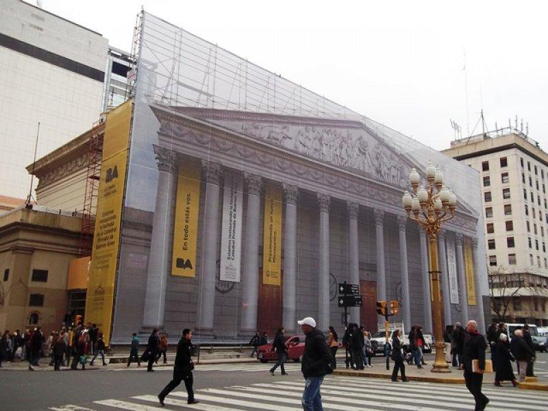 La fachada de la Catedral porteña está siendo restaurada