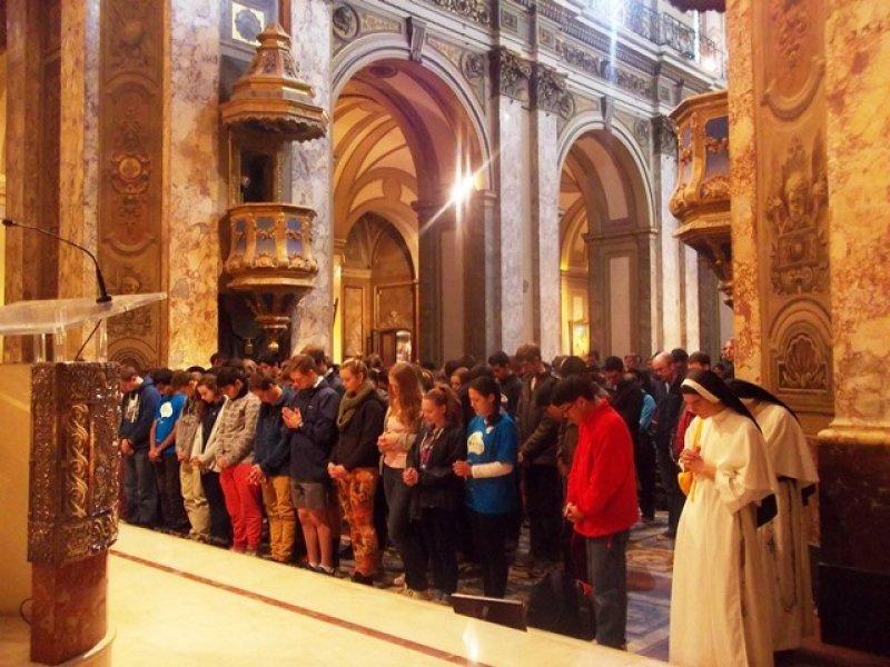 Jóvenes australianos haciendo el circuito papal pocos días después de haberlo visto en persona en Rio de Janeiro