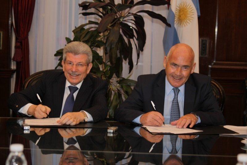 Juan Carlos Fabrega (BNA) y Enrique Meyer durante la firma del convenio.