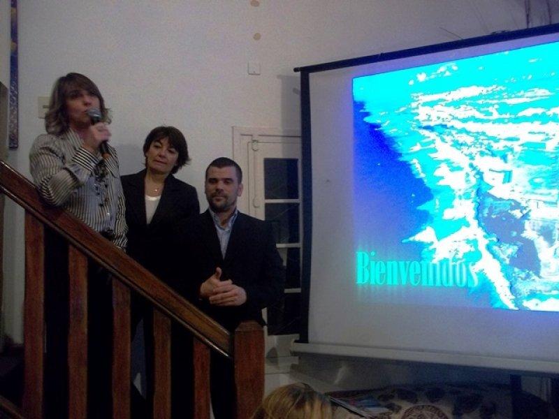 Inés García Juambeltz, junto a representantes de Puerto Rico y American Airlines presentando un paquete de compras  y playa