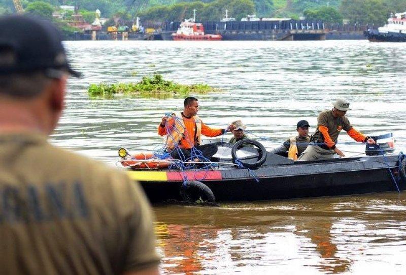 Los rescatistas sacaron a 11 personas atrapadas en el bote.