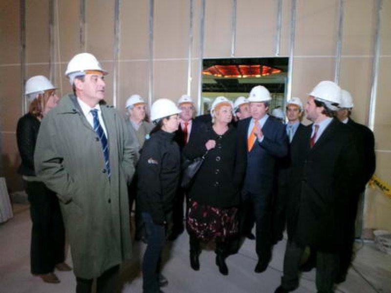 El intendente De los Santos (izq.) recorrió las obras del hotel Conrad junto a otras autoridades y ejecutivos de la empresa.