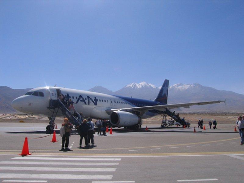 Avión de LAN en el aeropuerto de Arequipa. #shu#