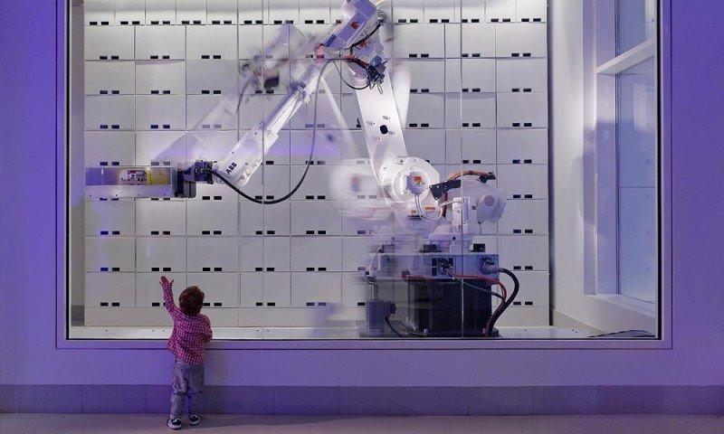 El servicio de consigna de equipajes del Yotel Nueva York se encuentra a cargo de un robot.