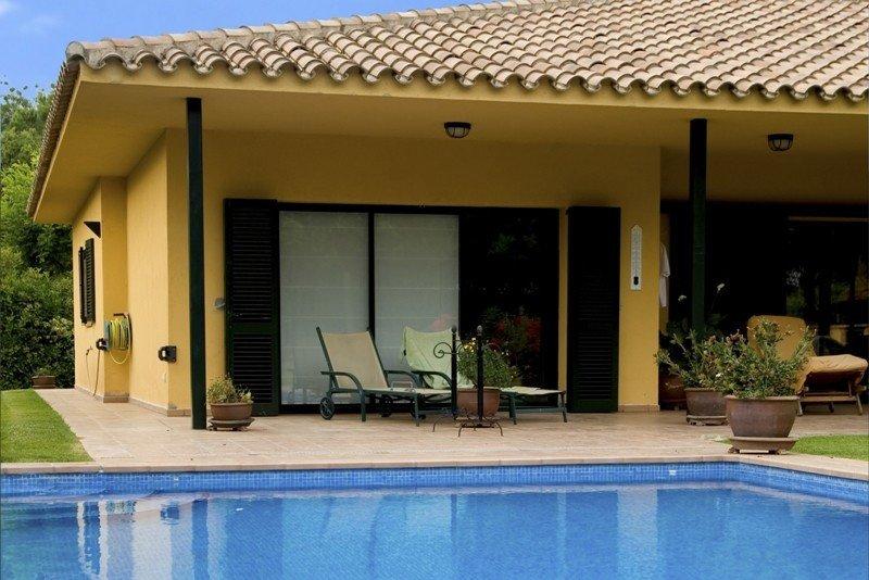 """Una casa de alquiler con piscina. El auge de las webs """"peer to peer"""" (p2p), de igual a igual, ha facilitado a los propietarios alquilar este tipo de viviendas."""