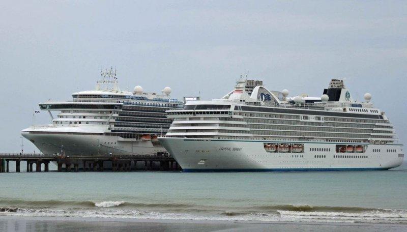 Cruceros en el muelle Piedrabuena de Puerto Madryn, Patagonia argentina.