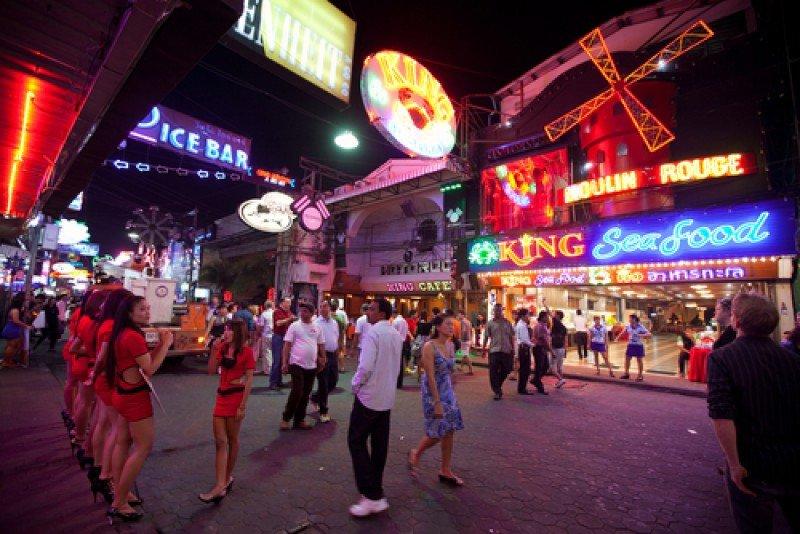 Una de las calles de Pattaya, Tailandia. #shu#